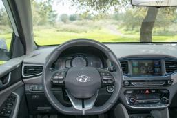 התצוגה בלוח המחוונים משתנה בין מצב נהיגה רגיל לספורט